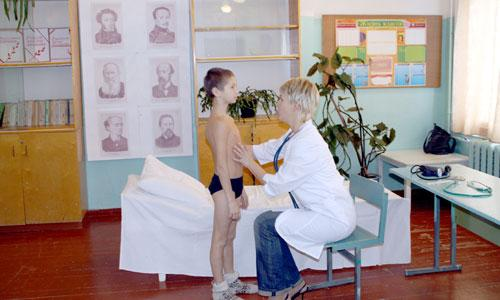 осмотр детей врачом